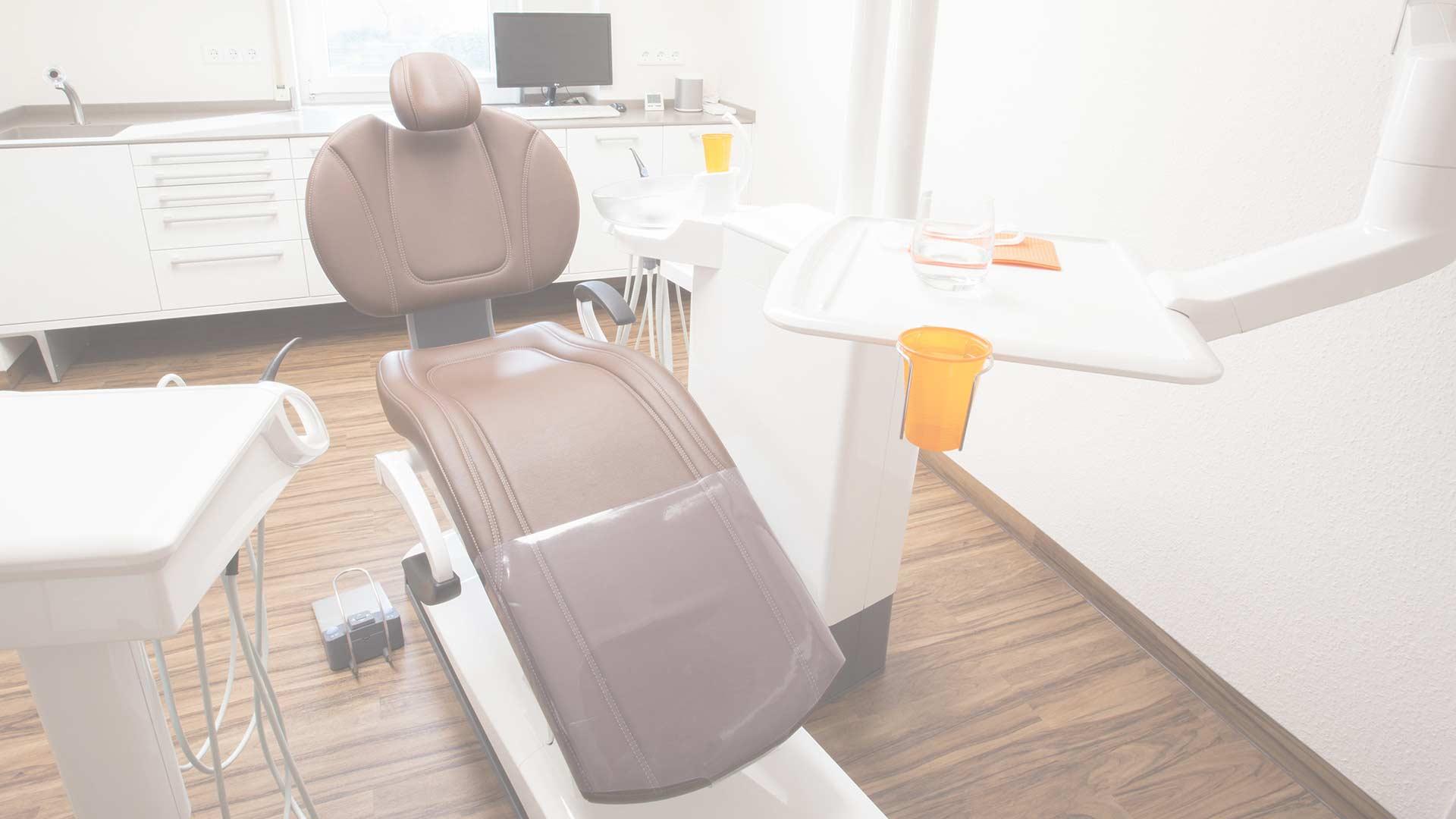 Behandlungsstuhl bei Freiburger Zahnarzt mundharmonie Zahngesundheit Slider
