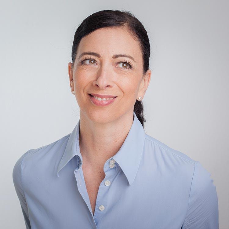 Portrait von Praxismanagerin der Zahnarztpraxis mundharmonie Zahngesundheit in Freiburg Tiengen Jasmin Srour