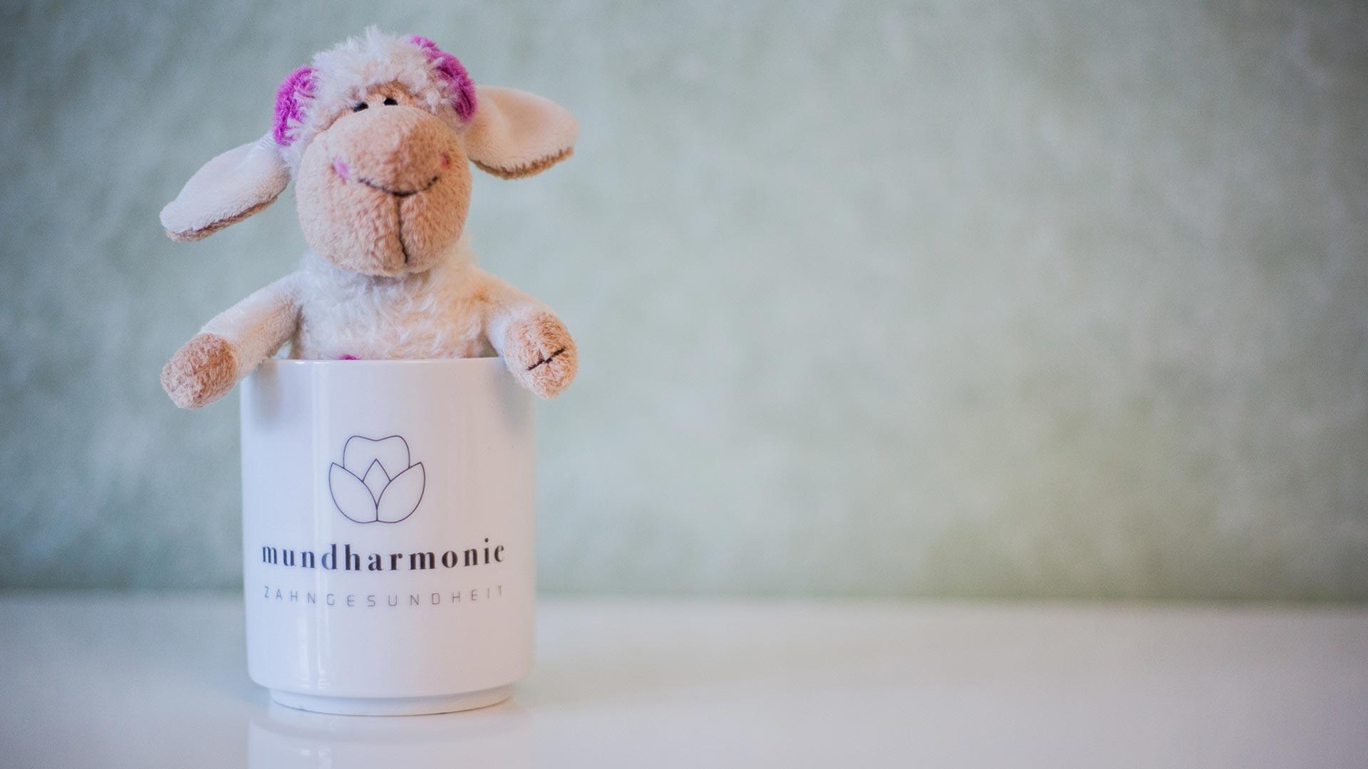 Schaf in Becher - Kindgerechte Zahnbehandlung bei Zahnarztpraxis mundharmonie Zahngesundheit in Freiburg
