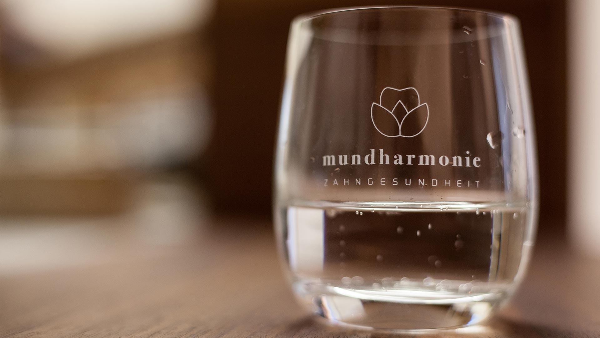 Wasserglas mit Logo mundharmonie Zahngesundheit - Zahnerhalt ästhetische Füllungen