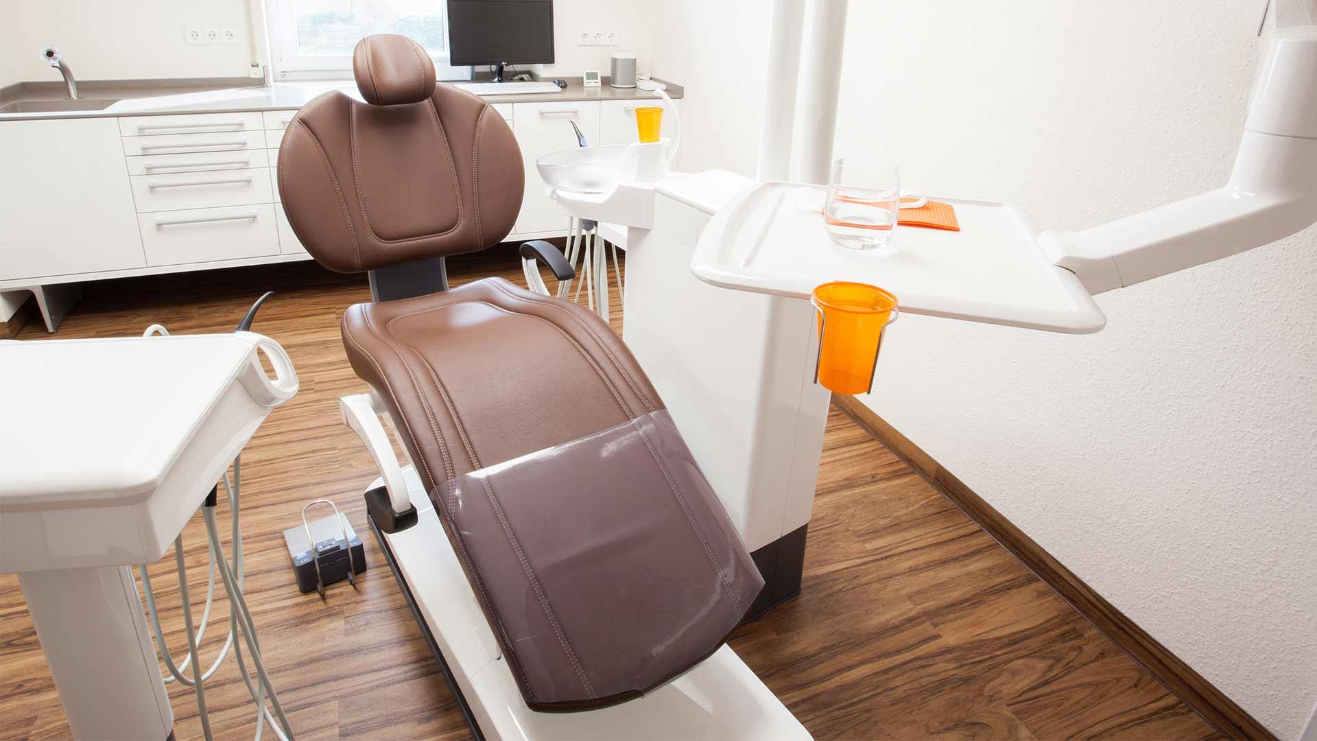 Behandlungsstuhl Zahnarzt Freiburg mundharmonie Zahngesundheit Prophylaxe